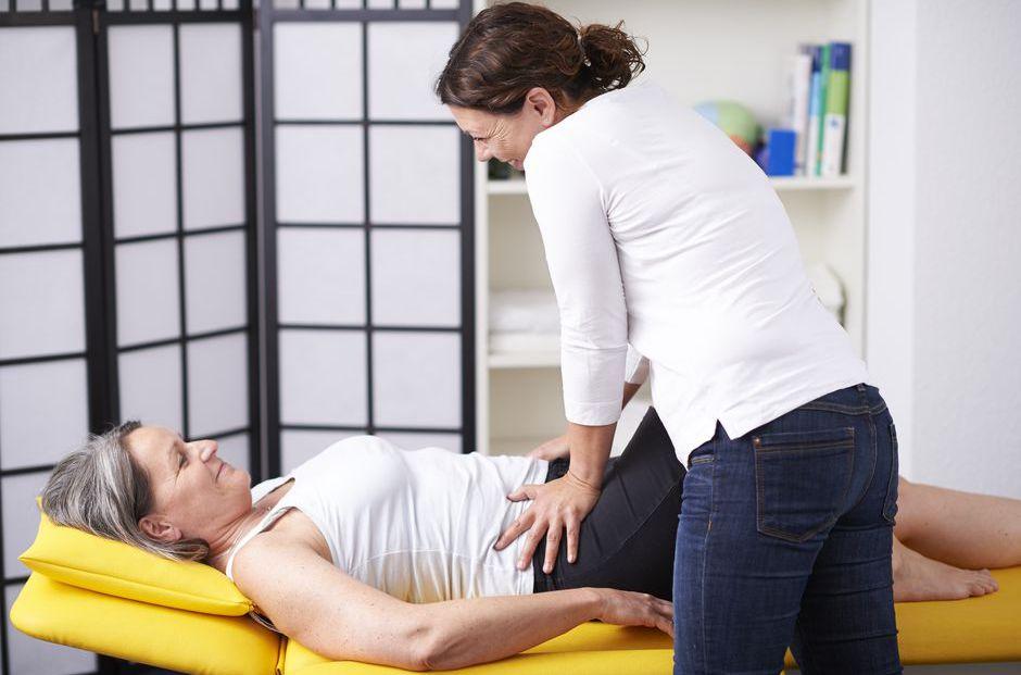 Yvonne Lingenfelder behandelt eine Frau mit osteopathischen Methoden